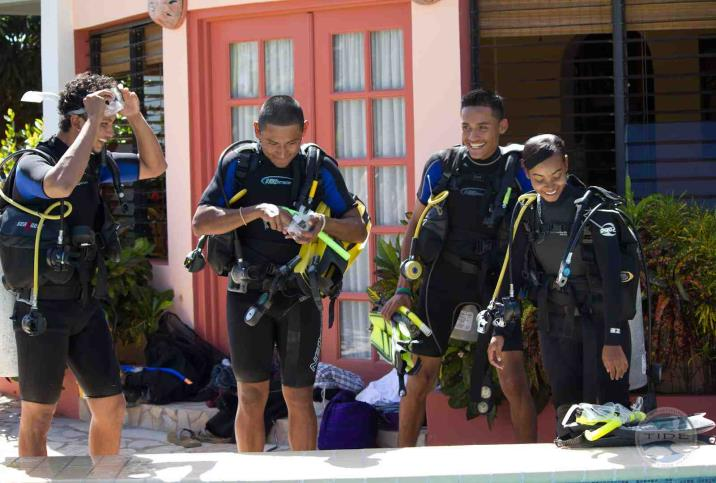 Trainees in the Community Researchers Program receive SCUBA training. Photo © TIDE